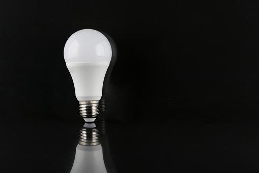 Emitting「LED light bulb」:スマホ壁紙(5)