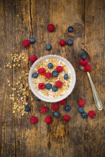 Granola「Bowl of granola with raspberries and blueberries」:スマホ壁紙(7)