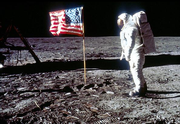 Moon「Buzz Aldrin Poses next To The U.S. flag On Moon」:写真・画像(19)[壁紙.com]