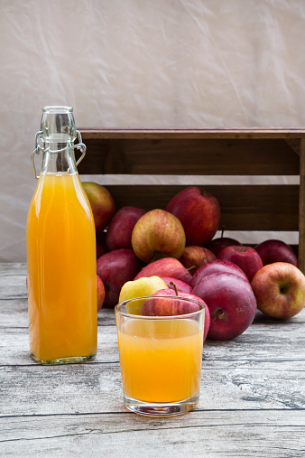 Apple Juice「Bottle and glass of apple juice and red apples on wood」:スマホ壁紙(18)