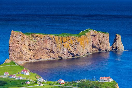 North Atlantic Ocean「A look at the small town of Percé and its famous Rocher Percé (Perce Rock), part of Gaspe peninsula in Québec.」:スマホ壁紙(14)