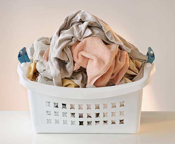 A laundry basket full of clothes:スマホ壁紙(壁紙.com)