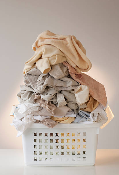 A laundry basket full of clothes:スマホ壁紙(壁紙.com)