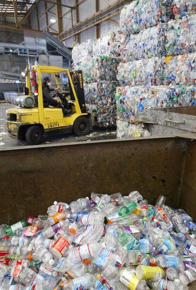 Bottle「Bottled Water Craze Outpaces Recycling Efforts」:写真・画像(3)[壁紙.com]