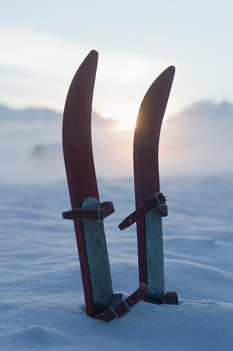スキー「Germany, Wallgau, pair of childrens ski in snow in front of Tyrolean Alps」:スマホ壁紙(13)