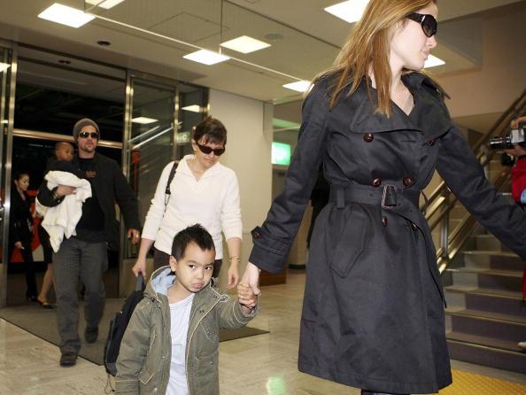 アンジェリーナ・ジョリー「Brad Pitt and Angelina Jolie Arrive In Japan」:写真・画像(6)[壁紙.com]