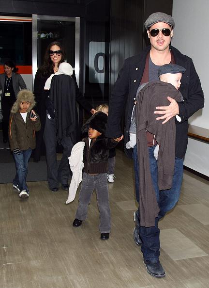 アンジェリーナ・ジョリー「Brad Pitt And Angelina Jolie Arrive In Japan」:写真・画像(12)[壁紙.com]