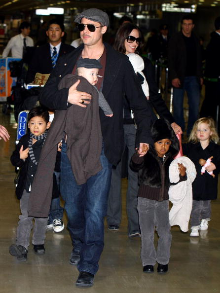 Child「Brad Pitt And Angelina Jolie Arrive In Japan」:写真・画像(12)[壁紙.com]