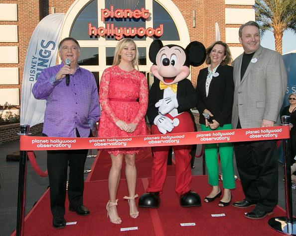Mickey Mouse「Reese Witherspoon and Mickey Mouse Officially Open Planet Hollywood Disney Springs」:写真・画像(4)[壁紙.com]