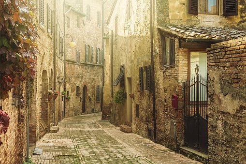 Village「Street in an old italian town in Tuscany」:スマホ壁紙(1)