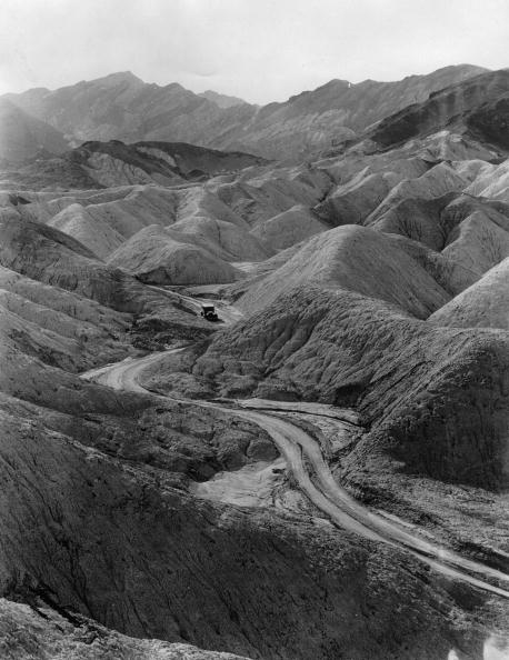 """Corkscrew「A street in Death Valley through the so-called """"Bad Lands"""" in """"Corkscrew Canyon"""" in the mountains of California. The Death valley attracts with his bleak landscape. Photograph. Around 1930.」:写真・画像(8)[壁紙.com]"""