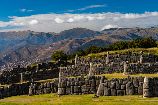 Peruvian Culture「Three tiers of zigzag ramparts at Sacsayhuaman, fine example of Inca miltary architecture, against deep blue sky and dramatic cloudscape, with the City of Cusco in the valley below, Cusco, UNESCO World Heritage Site, Sacred Valley, Peru」:スマホ壁紙(7)