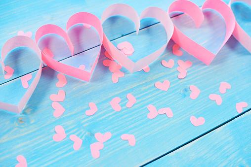 月「Pink hearts on blue background」:スマホ壁紙(12)