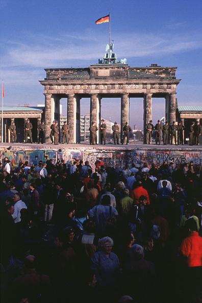 Crowd「Crowd Of West Germans Gather In Front Of The Brandenburg Gate」:写真・画像(14)[壁紙.com]