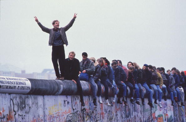 Surrounding Wall「West Germans Celebrate The Unification Of Berlin Atop The Berlin Wall During The Collaps...」:写真・画像(0)[壁紙.com]