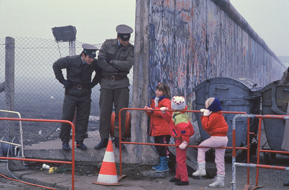 Surrounding Wall「West German School Children On The Way To School...」:写真・画像(2)[壁紙.com]