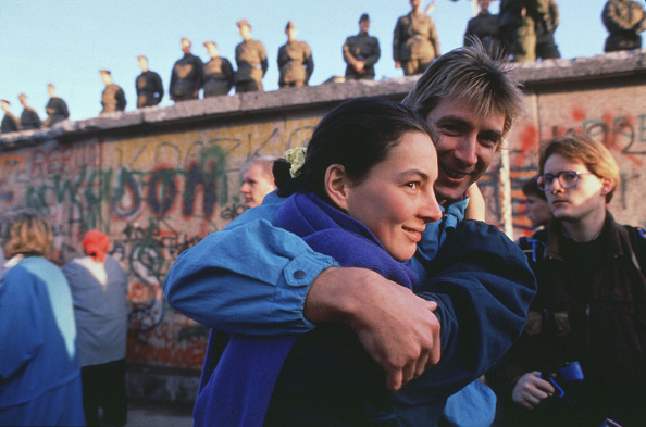 Surrounding Wall「West German Couple Embraces」:写真・画像(9)[壁紙.com]