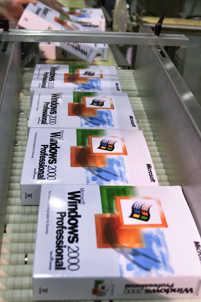 Computer Software「The First Copies Of Microsoft Windows 2000 Roll Out On An Assembly Line...」:写真・画像(13)[壁紙.com]