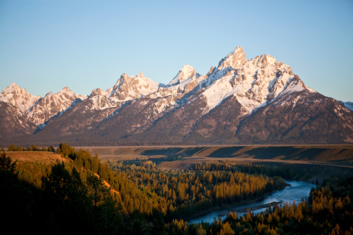 Chris Jackson「The Tetons loom over the Snake River and the valley of Jackson Hole, Wyoming.」:スマホ壁紙(0)