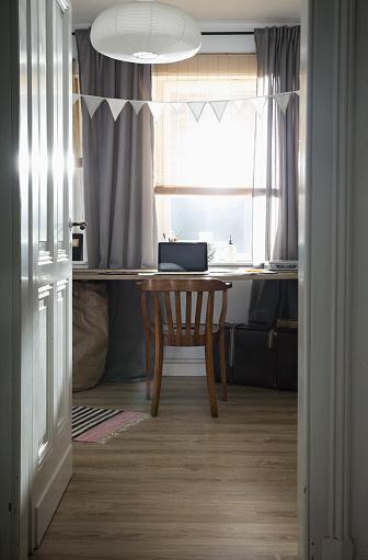 Bunt「Workroom with laptop at home」:スマホ壁紙(18)