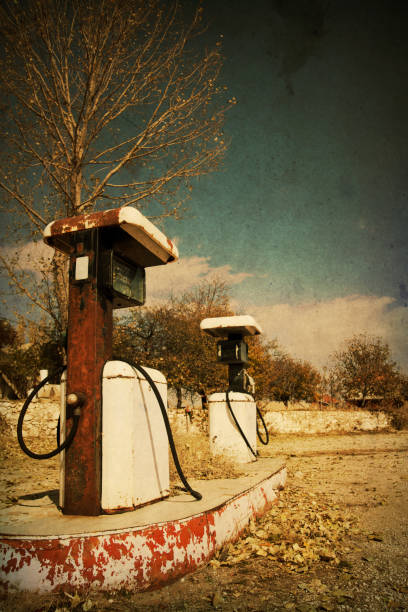 Retro-style photo of abandoned gas station pumps:スマホ壁紙(壁紙.com)