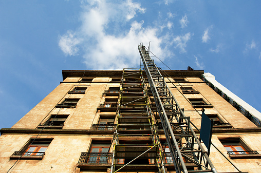 Belgium「Building with scaffolding and lift, low angle (wide angle)」:スマホ壁紙(9)
