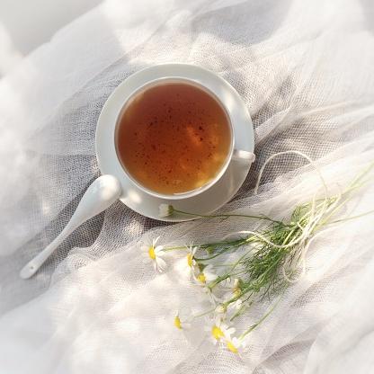 Coffee Break「Tea cup and daisies on muslin」:スマホ壁紙(10)