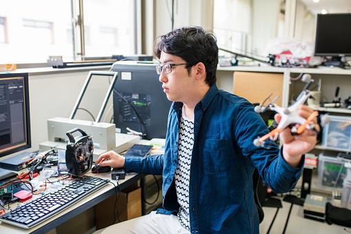 アジア大陸「Student working on his drone design」:スマホ壁紙(3)