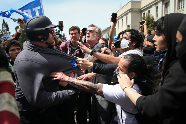 Confrontation「Pro-Trump Rally Attracts Anti-Trump Demonstrators In Berkeley, California」:写真・画像(3)[壁紙.com]