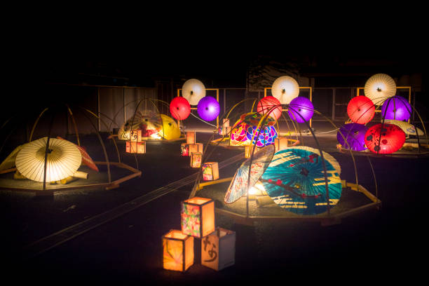 Candle lights in Japanese paper umbrellas and bamboo poles:スマホ壁紙(壁紙.com)