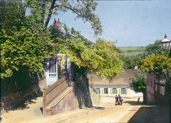 "Middle Class「A view from Grinzinger Straße from the Pfarrplatz in the former suburb Heiligenstadt. On the left the tavern ""Zur schoenen Aussicht"". Vienna, 19th district. Hand-colored lantern slide. Around 1910.」:写真・画像(10)[壁紙.com]"