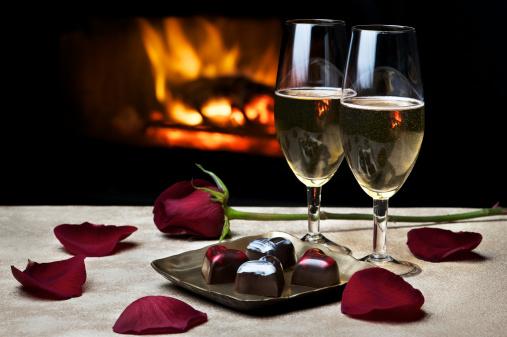 バレンタイン「暖炉のそばでのロマンティックな夜」:スマホ壁紙(12)