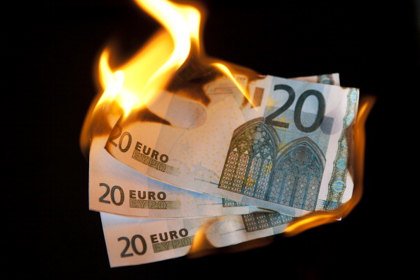 Black Background「Burning Euro Notes」:写真・画像(1)[壁紙.com]