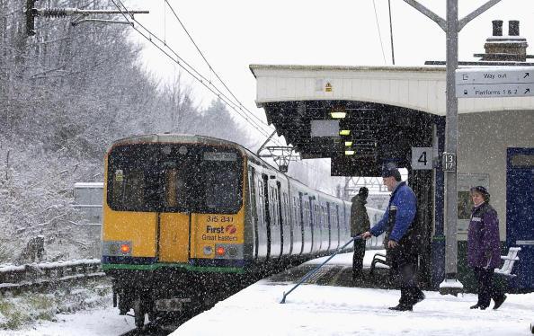 鉄道・列車「Railway workers keep the platform clear of snow」:写真・画像(18)[壁紙.com]