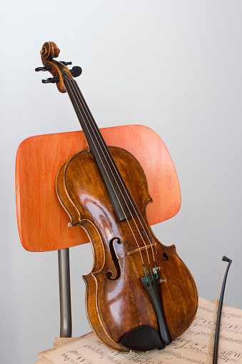 Violin「Violin, bow and sheet music on wooden chair, close-up」:スマホ壁紙(14)