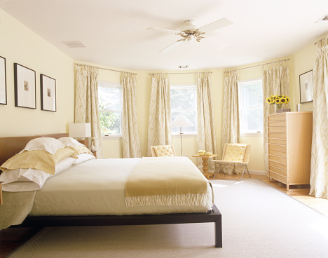 Ceiling Fan「Spacious bedroom with monochromatic colors」:スマホ壁紙(11)