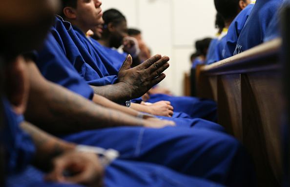Religious Mass「Men's County Jail Holds Christmas Mass For Inmates In Los Angeles」:写真・画像(19)[壁紙.com]
