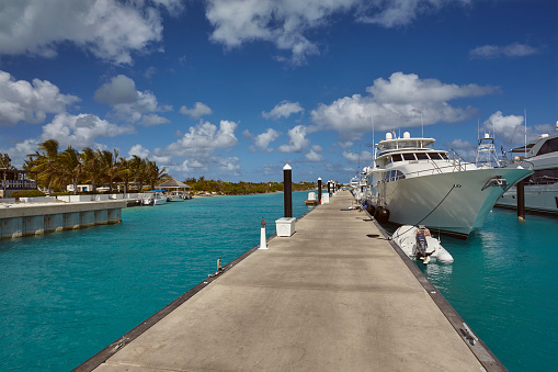 cloud「Luxury motor yachts tied up in a Caribbean marina, surrounded by azure tropical sea.」:スマホ壁紙(0)