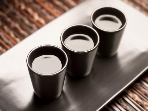 Sake「Sake on black tray」:スマホ壁紙(15)