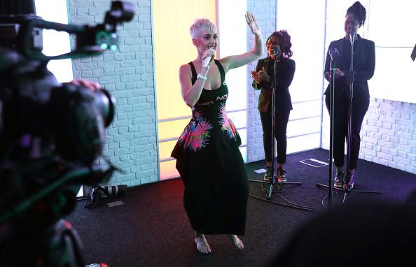 Worthy Farm「Katy Perry Visits Kiss FM」:写真・画像(8)[壁紙.com]