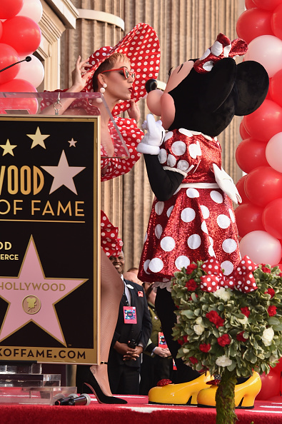ミニーマウス「Disney's Minnie Mouse Celebrates Her 90th Anniversary With Star On The Hollywood Walk Of Fame」:写真・画像(13)[壁紙.com]