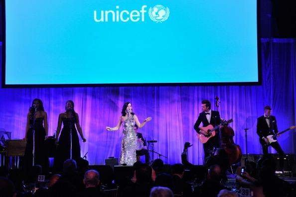 雪の結晶「The Ninth Annual UNICEF Snowflake Ball - Inside」:写真・画像(18)[壁紙.com]