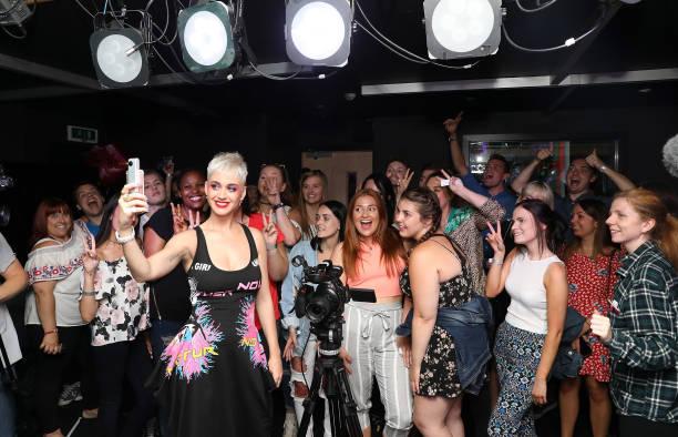Katy Perry Visits Kiss FM:ニュース(壁紙.com)