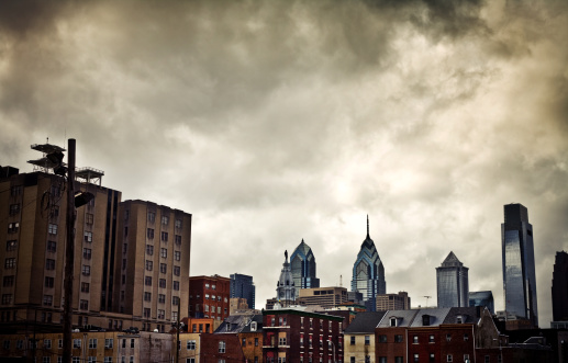 Pennsylvania「Philadelphia Skyline Over Houses on a Cloudy Day」:スマホ壁紙(15)