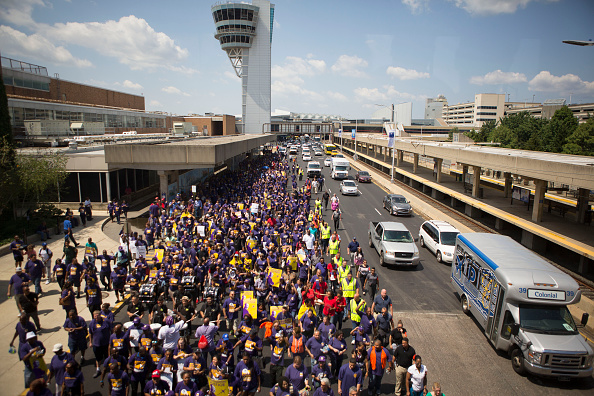 Jessica Kourkounis「Philadelphia Airport Workers Demonstrate For Higher Wages Ahead Of Planned Strike During The DNC」:写真・画像(10)[壁紙.com]