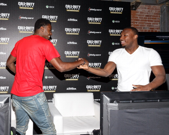 Philadelphia Eagles「Philadelphia Eagles Running  Back LaSean McCoy Goes Head-To-Head Against All-Pro Receiver A.J. Green Of The Cincinatti Bengals On Xbox One In The Call Of Duty: Ghosts Celebrity Grudge Match To Celebrate The Launch Of Devastation DLC Map Pack」:写真・画像(1)[壁紙.com]