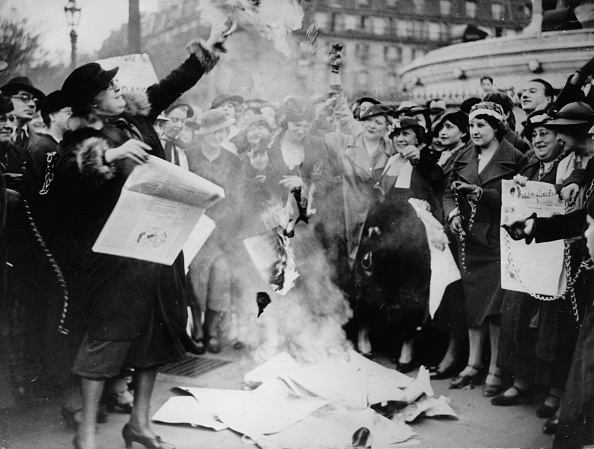 France「Feminists are burning some election posters to fight for women's suffrage. Paris. France. Photograph. May 12, 1935.」:写真・画像(1)[壁紙.com]