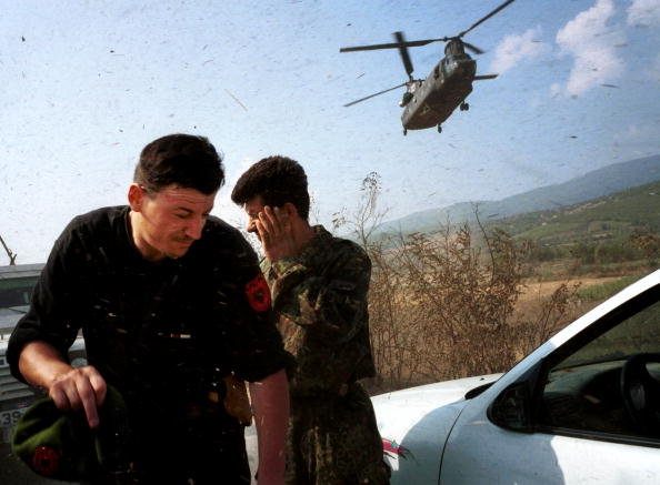 CH-47 Chinook「NATO Sets Up Arms Collection Points in Macedonia」:写真・画像(3)[壁紙.com]