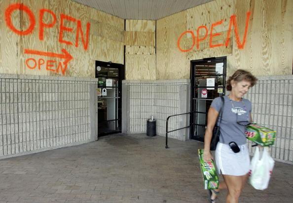 Naples - Florida「South Florida Prepares For Hurricane Wilma」:写真・画像(9)[壁紙.com]
