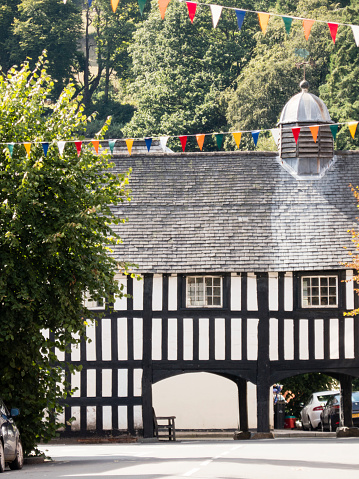 Bunting「View down street to the Old Market Hall, Llanidloes, Powys, Wales, UK. August.」:スマホ壁紙(11)